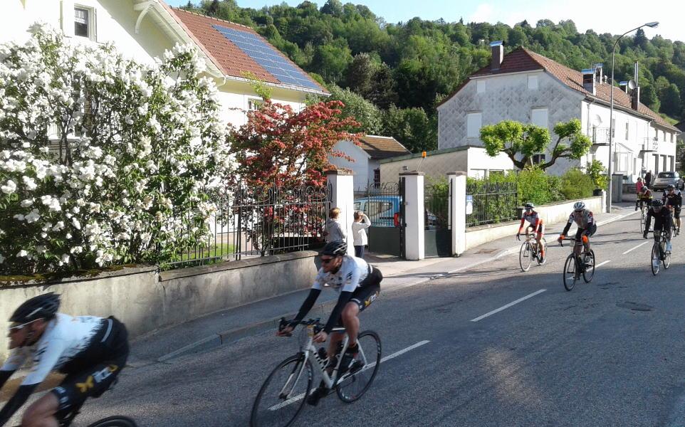 passage des cyclistes du Grandfondo devant la Villa Eugène